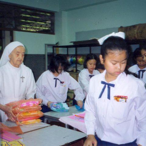 November 1999 - príprava darčekov s 11-12.roč. deťmi